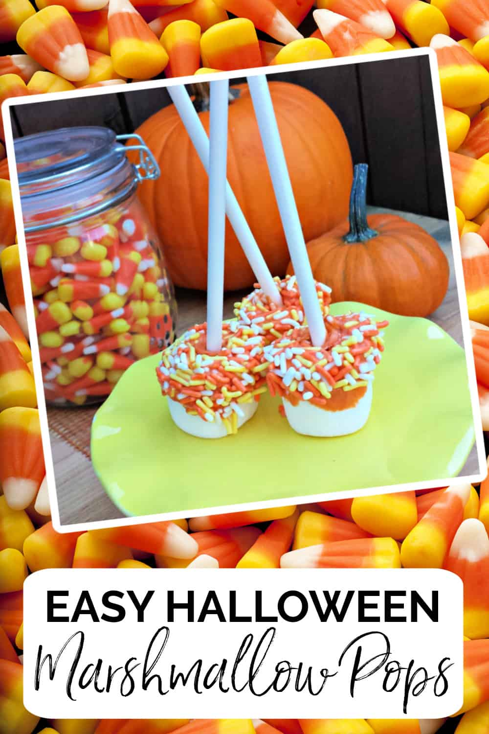These Halloween Marshmallow Pops are so festive and the perfect recipe to make for your next Halloween party. via @jugglingactmama