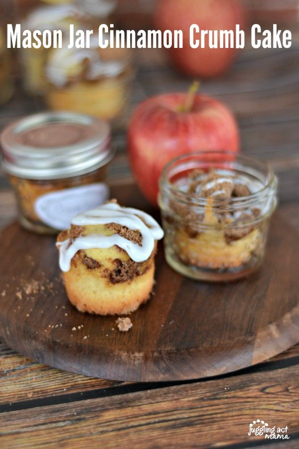 How to Make Cake in a Jar - These Individual Mason Jar Cinnamon Crumb Cakes are the perfect addition to a brunch spread. via @jugglingactmama