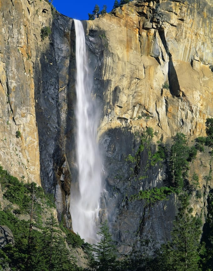 Winter snow and spring thaw brings water gushing over Yosemite National Park Waterfalls! If you love stunning waterfalls, spring brings the BEST time for viewing! via @jugglingactmama