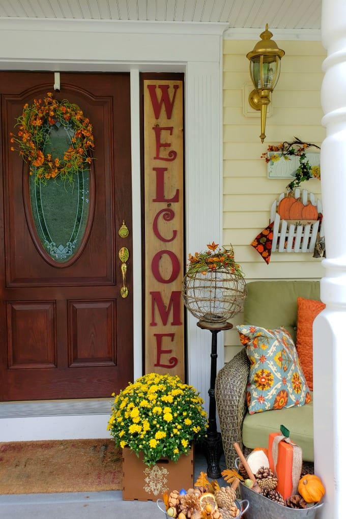 We're sharing some of our favorite easy Fall porch decorating ideas including scrapwood pumpkins, painted and stenciled crates and a DIY rustic welcome sign. via @jugglingactmama