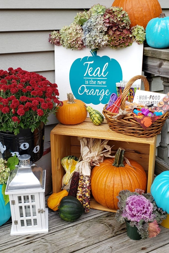 Making this wooden sign for my porch for Halloween is the perfect way to let our friends and neighbors know that we support the Teal Pumpkin Project. #ad #wagnerspraytech via @jugglingactmama