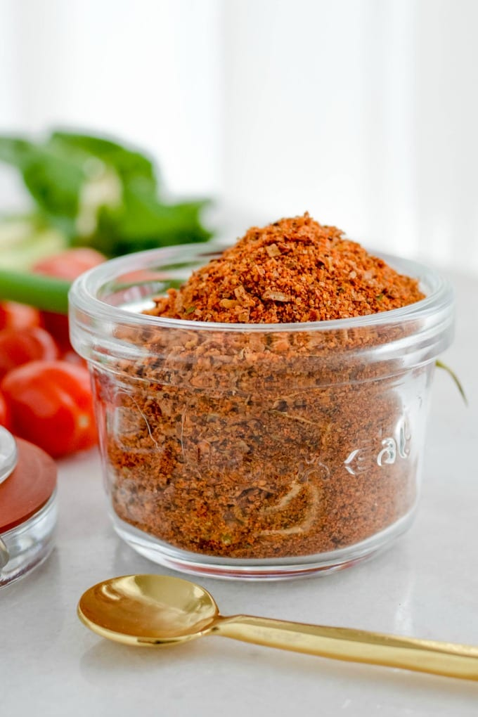 Making your own at home taco seasoning is simple, inexpensive and totally delicious! via @jugglingactmama