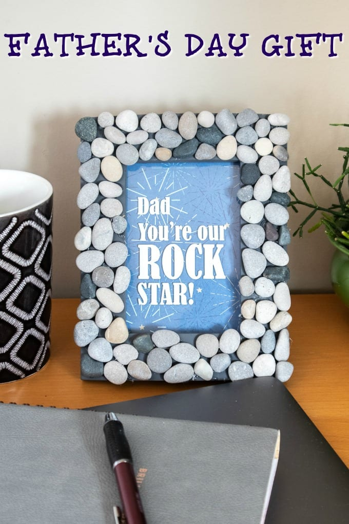 Make a simple picture frame using your Cricut for Father's Day. It's a great way to tell Dad he rocks. #FathersDay via @jugglingactmama