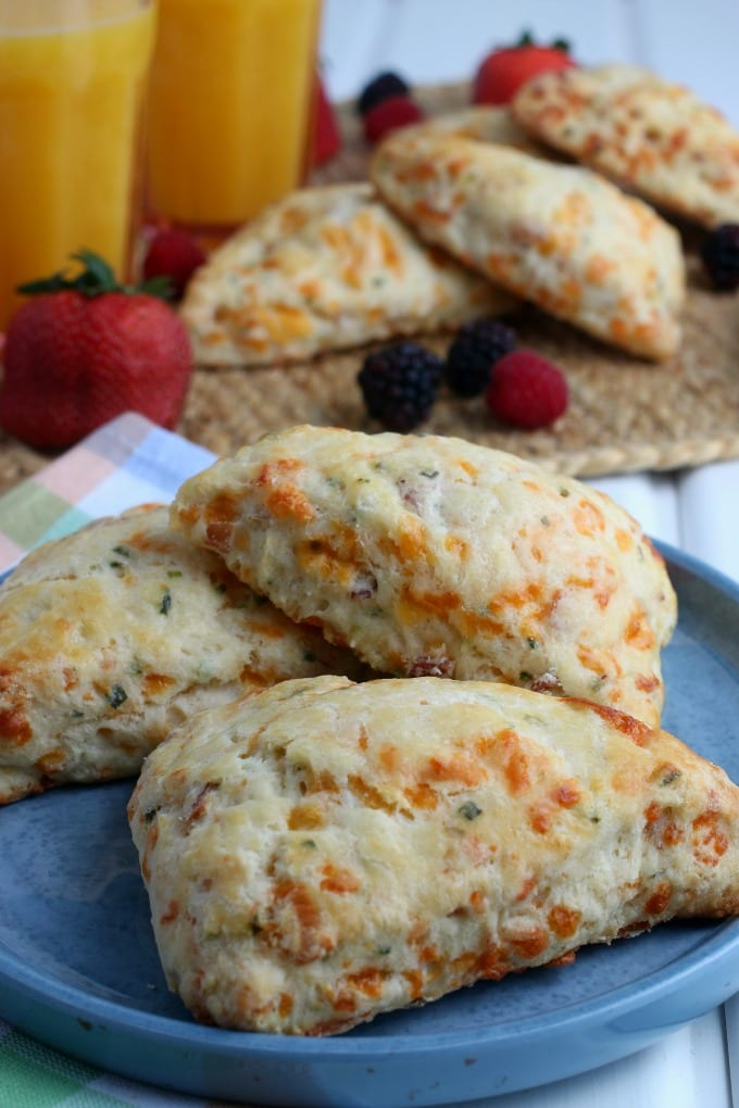 Sweet and savory Bacon Cheddar Scones are the perfect brunch recipe for any scone lover! via @jugglingactmama