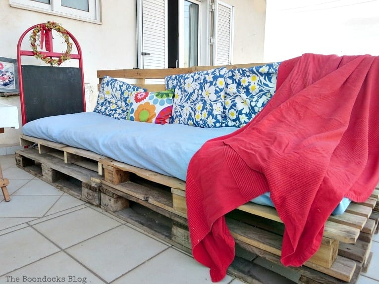 Super Easy Pallet Couch from The Boondocks Blog