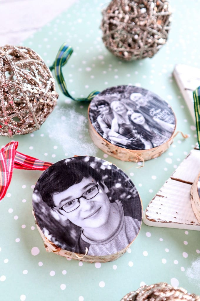 Wood Photo Ornament Craft - Whether you love rustic or elegant decor, everyone loves a good photo ornament! We'll show you how to make your own wood photo ornaments on a slice of birch-wood. These are perfect to keep or gift! via @jugglingactmama