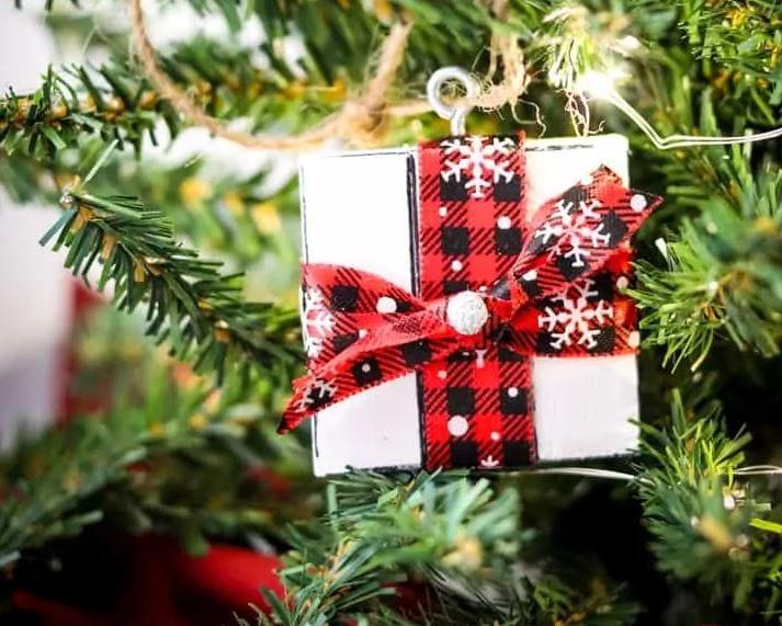 Cheap Christmas Crafts - DIY gift box ornament