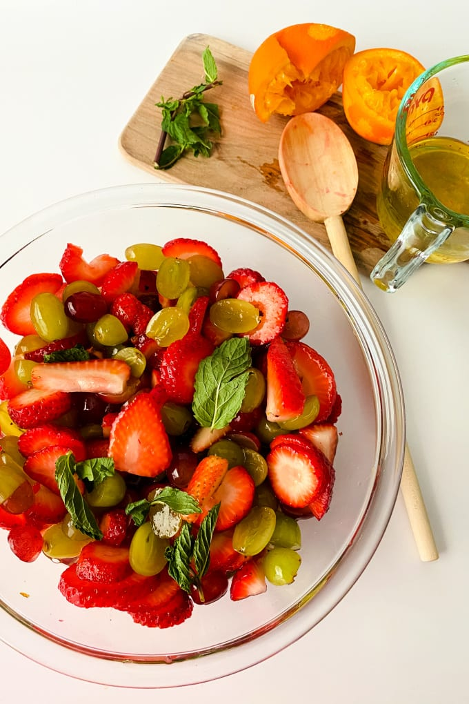 Dressing for fruit salad with orange juice - Kids (and adults!) will love getting in their daily serving of fruits with a bowl full of this delicious fruity treat. This fruit salad with orange juice dressing is naturally sweet and has just a hint of sugar, vanilla, and orange to bring out all the delicious flavors! via @jugglingactmama