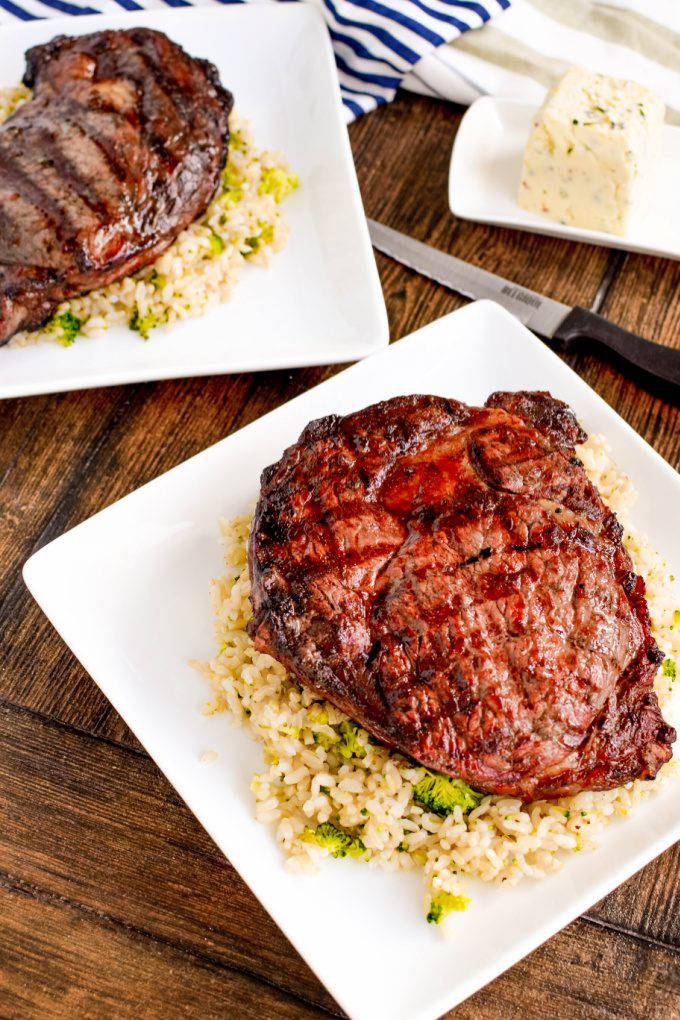 Best Grilled Ribeye Steak Recipe - find out how long to cook ribeye steak on grill and add flavor so every bite is juicy and totally delicious. via @jugglingactmama